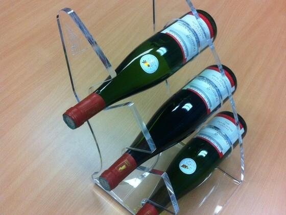 Stojan na víno pro tři láhve